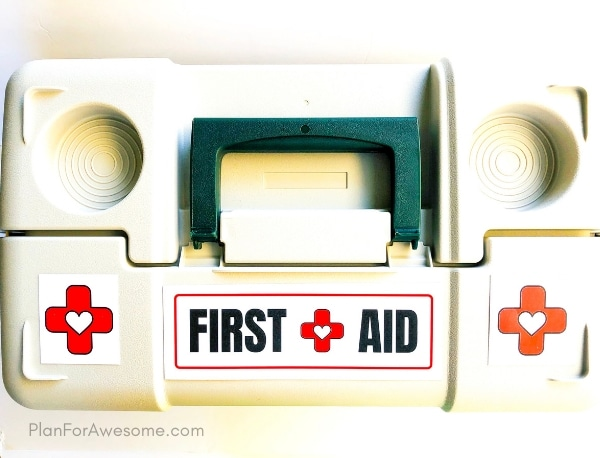 Adorable free printable checklist of things to include in your family's first aid kit, as well as labels for your kit, an expiration date tracker, and a notes section! This is so helpful!  This girl explains why, includes helpful links, and compares different products. GREAT resource! #firstaidkit #beprepared