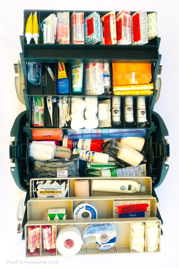 Great free printable checklist of things to include in your family's first aid kit. This article is SO helpful!  This girl explains why, includes helpful links, and compares different products. GREAT resource! #firstaidkit #beprepared